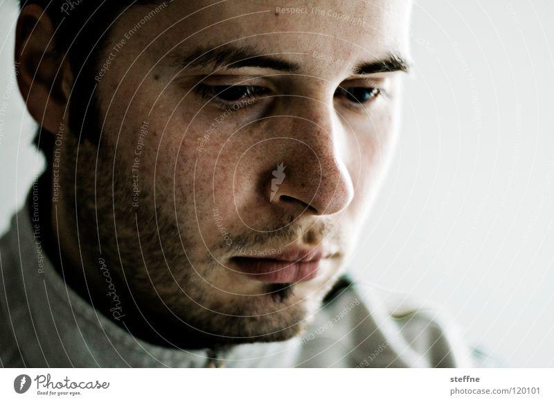 Gedankenversunken Mann Gesicht Traurigkeit Denken Zufriedenheit Mund Haut Nase Coolness Trauer Lippen Konzentration Bart verstecken Überraschung