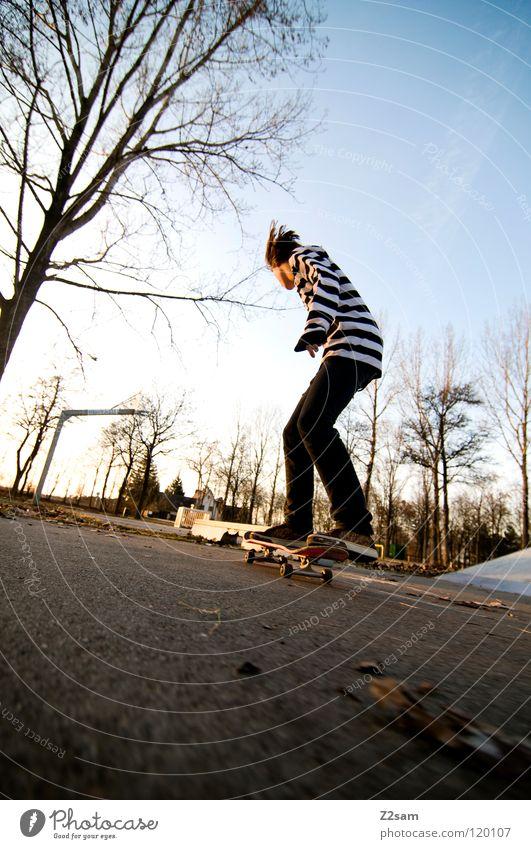 KONZENTRATION II Konzentration fahren Skateboarding Zufahrtsstraße Teer Geschwindigkeit Sport Aktion gestreift Stil Jugendliche lässig Knie Baum Basketballkorb