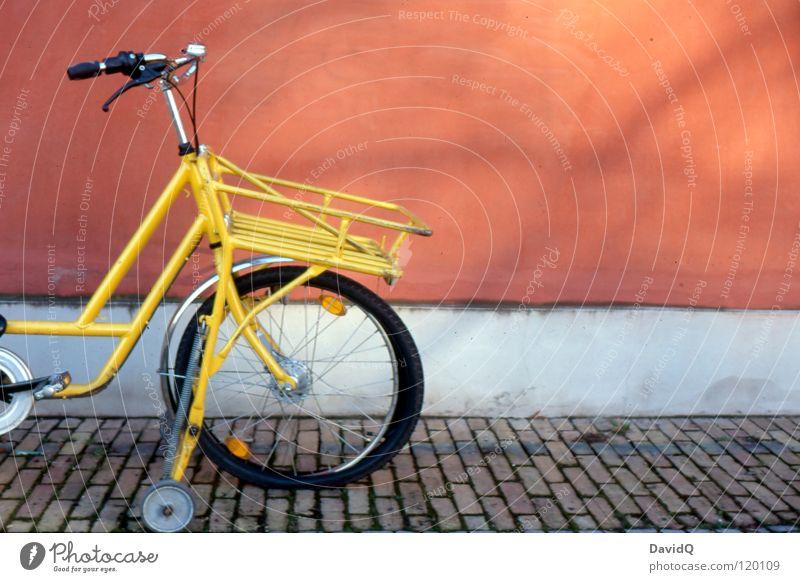Platt rot Einsamkeit gelb Wand Mauer Fahrrad Fassade kaputt liegen Freizeit & Hobby Dienstleistungsgewerbe parken Pflastersteine erstaunt Verkehrsmittel Postbote