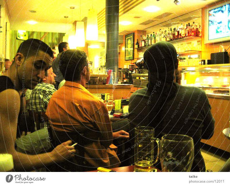EM in der Bar Mensch gelb Fernsehen Bar Gastronomie Kneipe Europameisterschaft Warmes Licht