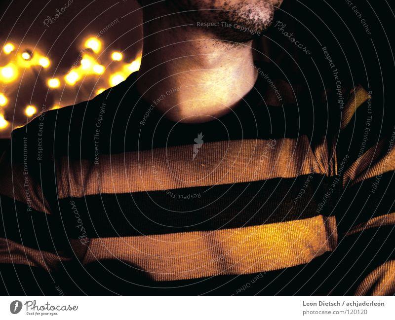 Über: Ich Mann dunkel Kraft Kraft Körperhaltung vertikal Hals Pullover gestreift Lichterkette Stoppel unrasiert Junger Mann Kopf hoch