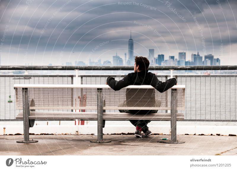 Skyline Mensch Himmel Ferien & Urlaub & Reisen Jugendliche Stadt Erholung Junger Mann Wolken 18-30 Jahre dunkel Erwachsene Küste Freiheit Horizont maskulin