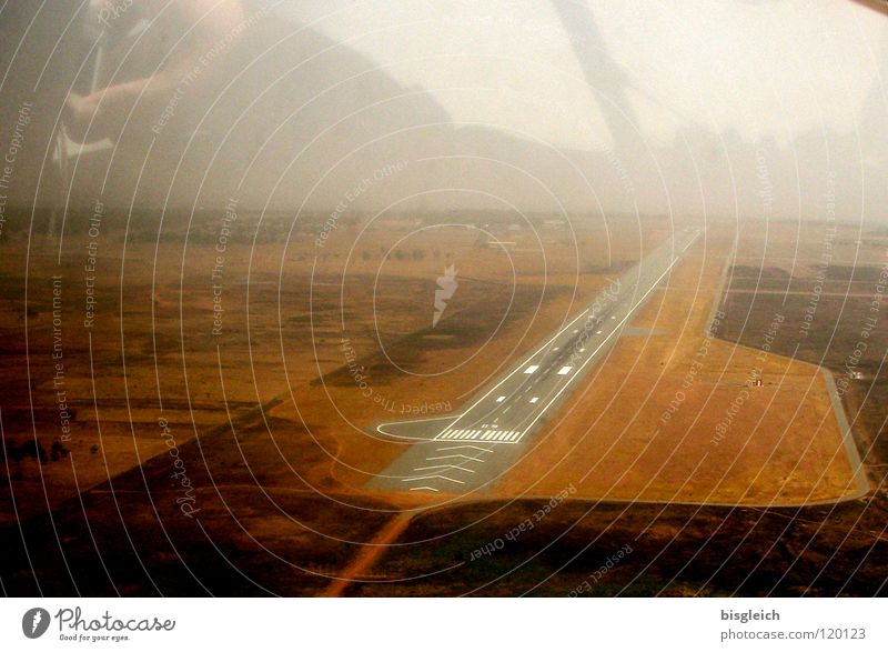Landebahn I Flugzeug fliegen Luftverkehr Afrika Flugzeugstart Flughafen Gitarre Flugzeuglandung Fluggerät Ankunft Skipiste Flugplatz Cockpit Flugzeugausblick