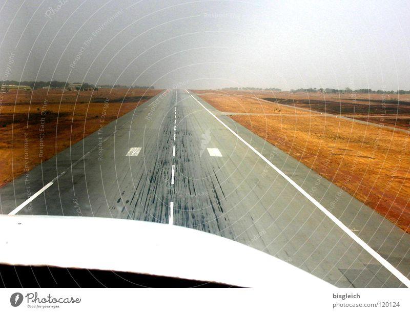 Landebahn II Flugzeug Luftverkehr Afrika Flughafen Landebahn Ankunft Skipiste Propeller Cockpit