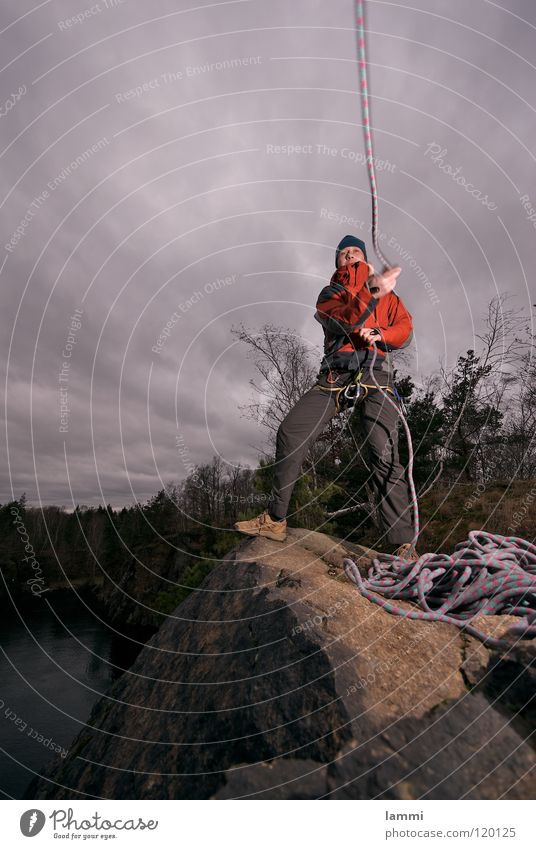 am Berg Wolken Einsamkeit Sport kalt Spielen Freiheit maskulin Seil Felsen Sicherheit Abenteuer Klettern Sturm Held werfen