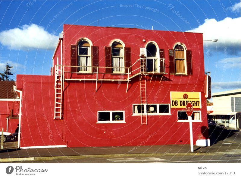 Red Pub Himmel blau rot Haus Farbe Bar Gastronomie Alkohol Australien Pub Neuseeland Kneipe Stoppschild Nordinsel