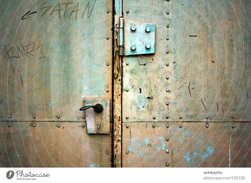 Tor Zugang Eingang geschlossen Griff Schlüsselloch Scharnier Angelrute Eisen Stahl Sicherheit Tresor gepanzert Schmied Rostschutzfarbe Teufel Aufschrift