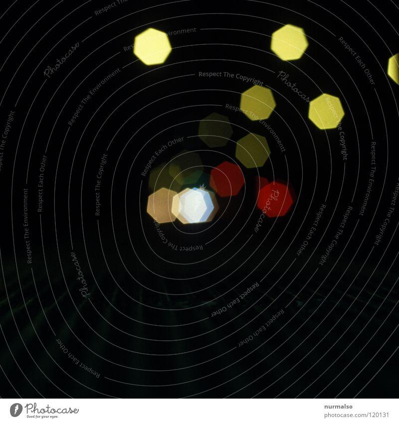 Elektrische Glühwürmchen Licht gelb rot Blende Unschärfe weich Nacht Ampel Straßenbeleuchtung halbdunkel Komet elektrisch Potsdam Zeit Zeppelin Nachtfarbe