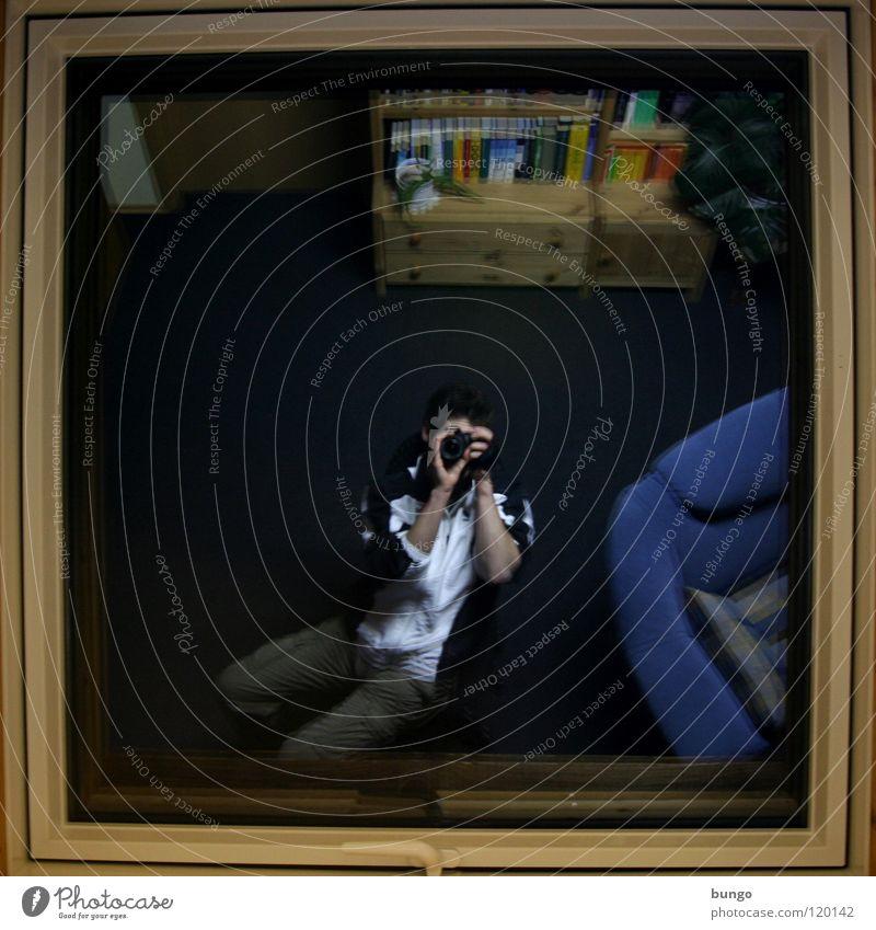 Paparazzi Mann Leben Fenster Raum sitzen Häusliches Leben Spiegel Möbel Wohnzimmer Rahmen Fotograf Fotografieren Selbstportrait Schrank Fensterrahmen