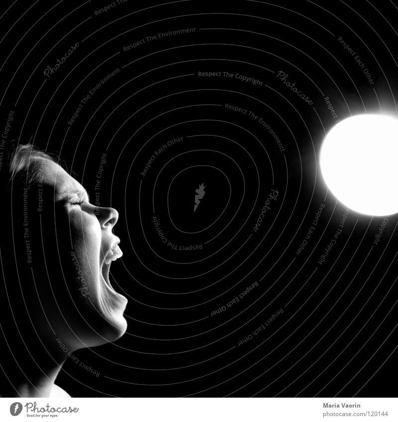 Sonnenanbeterin Frau Mensch schwarz Einsamkeit dunkel Gefühle Angst Wut schreien Konflikt & Streit Verzweiflung Sonnenbad böse Gesichtsausdruck Ärger