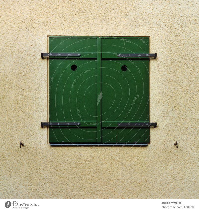 Guten Tag! Haus Wand Fenster grün Holz Komma Linie Detailaufnahme Ladengeschäft vermenschlicht Mund Punkt mondgesicht das ist vom