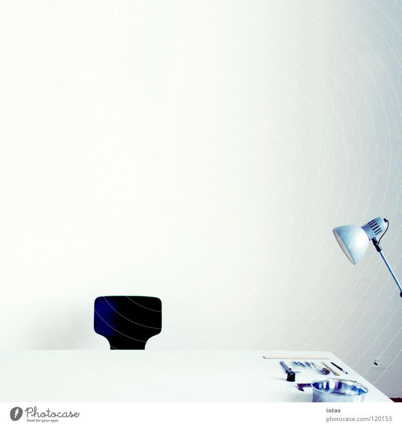 . Tisch Lampe Arbeit & Erwerbstätigkeit Arbeitsplatz Werkzeug Wissenschaften Kunst Kunsthandwerk Konzentration Büro Raum Stuhl clean white cube Business