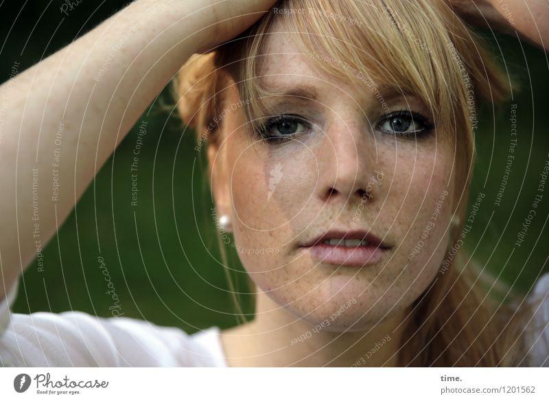 . feminin Frau Erwachsene 1 Mensch T-Shirt Schmuck blond langhaarig Pony beobachten Blick warten schön Wachsamkeit geduldig Leben Respekt ästhetisch