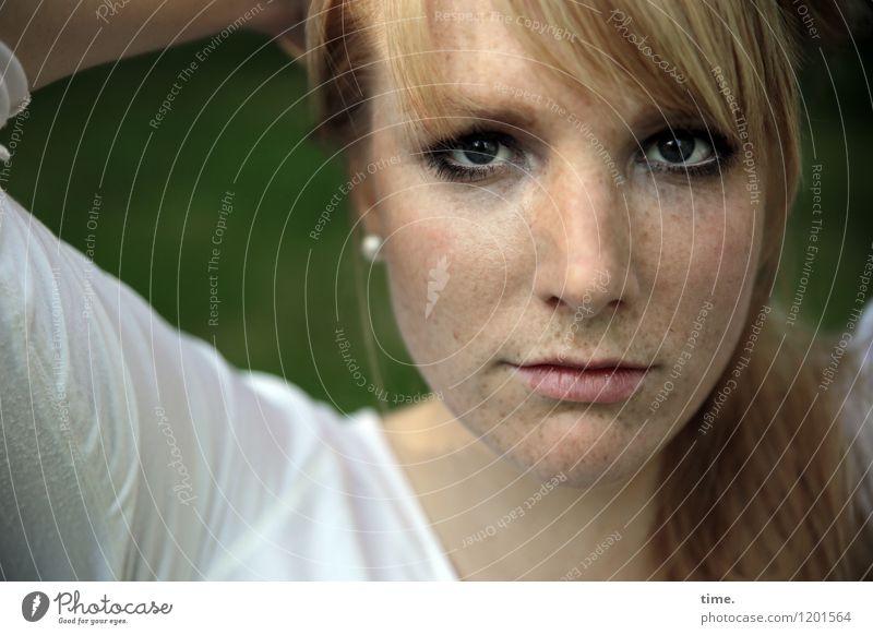 . feminin Frau Erwachsene 1 Mensch Park Hemd blond langhaarig beobachten Denken Blick warten schön selbstbewußt Coolness Willensstärke Mut Verschwiegenheit