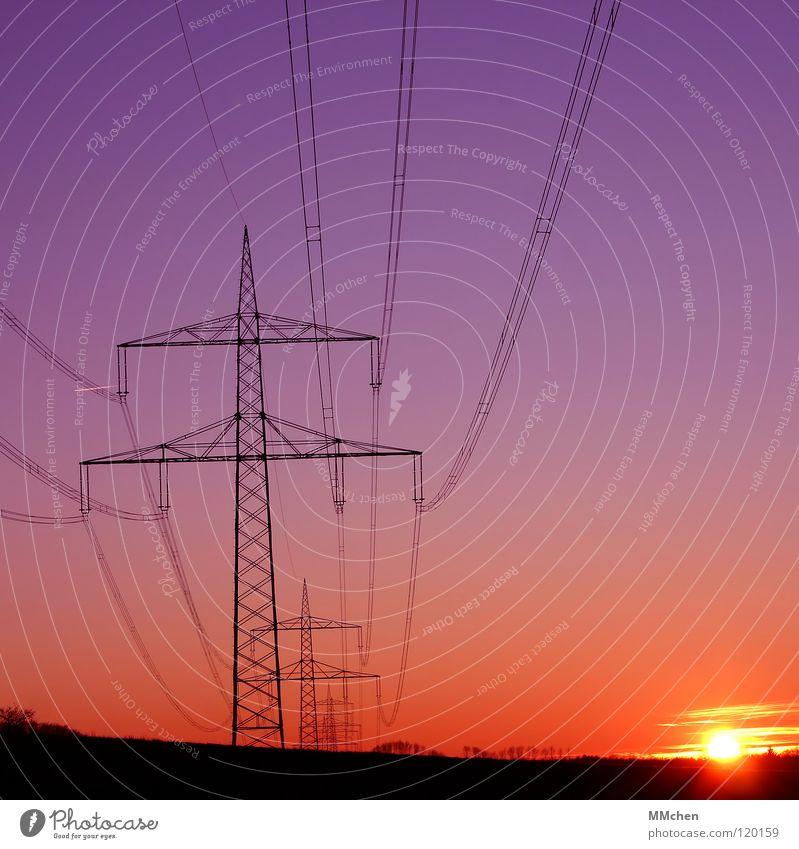 Spannung im Quadrat Himmel Sonne blau rot Einsamkeit Kraft Horizont Elektrizität Kommunizieren Kabel violett Strommast Leitung Vernetzung Hochspannungsleitung