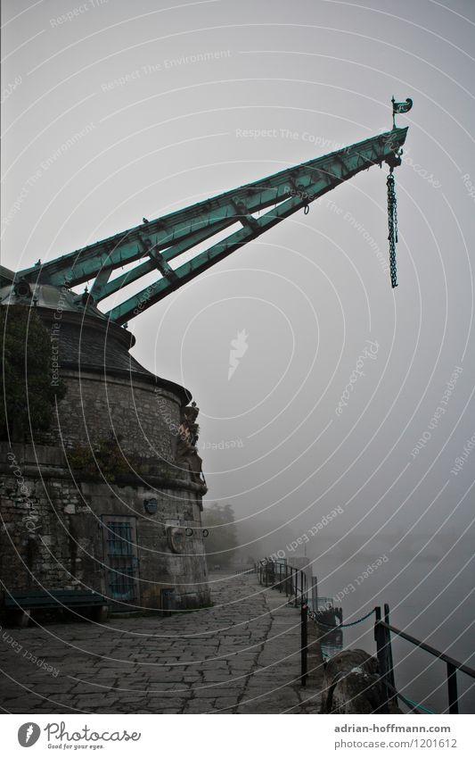 Alter Kranen im Nebel Stadt alt Einsamkeit dunkel Traurigkeit Architektur grau authentisch historisch Hafen gruselig Schifffahrt Sehenswürdigkeit Altstadt