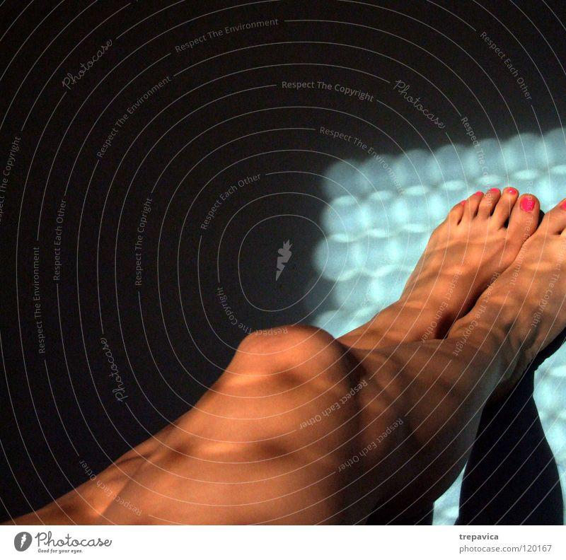 morgen I Frau Wasser Sonne blau schwarz feminin nackt Fuß Beine Haut rosa Zehen Barfuß Nagellack lackiert Kosmetik