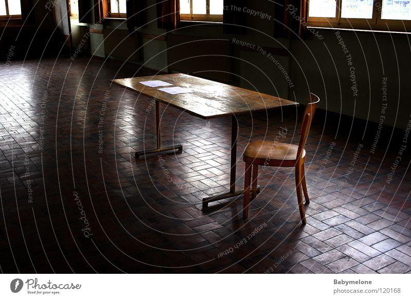 verlassen... Einsamkeit Raum Abschied Trauer trist Tisch Licht kalt Möbel Gegenlicht ruhig Verzweiflung verlieren Fenster Wohnzimmer Stuhl Traurigkeit