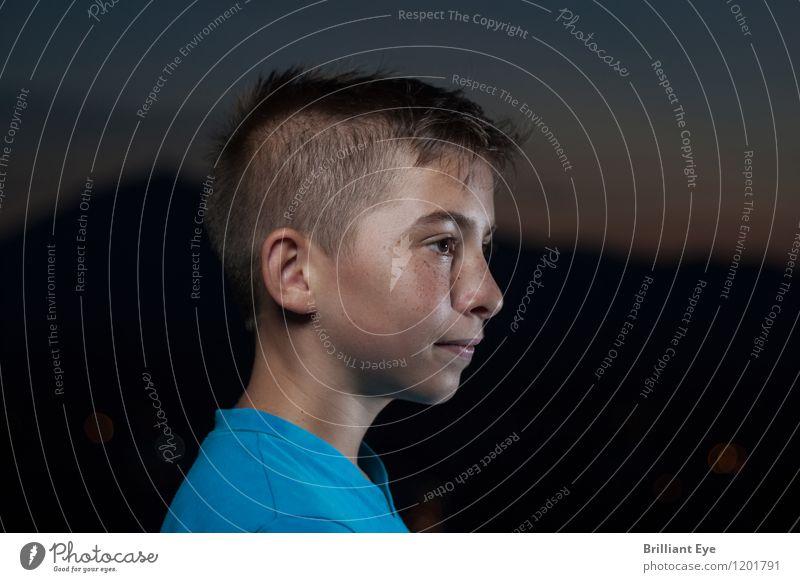 Portrait Abenddämmerung Freizeit & Hobby Ausflug Ferne Freiheit Mensch maskulin Kind Junge Kopf 1 8-13 Jahre Kindheit beobachten Neugier niedlich Zufriedenheit