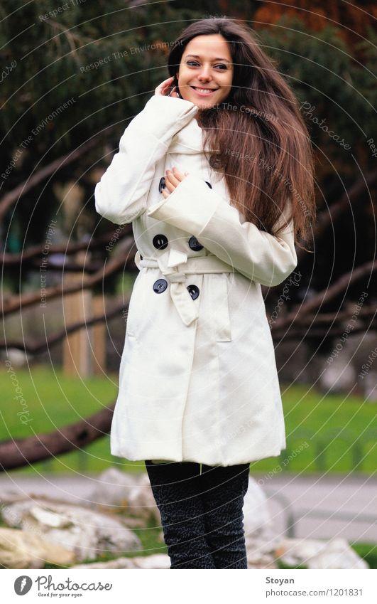 Winter Mädchen mit Lächeln und langen Haaren Mensch Frau Erwachsene Leben 1 18-30 Jahre Jugendliche Natur Pflanze Herbst Wetter Wind Park Mode Mantel Holz