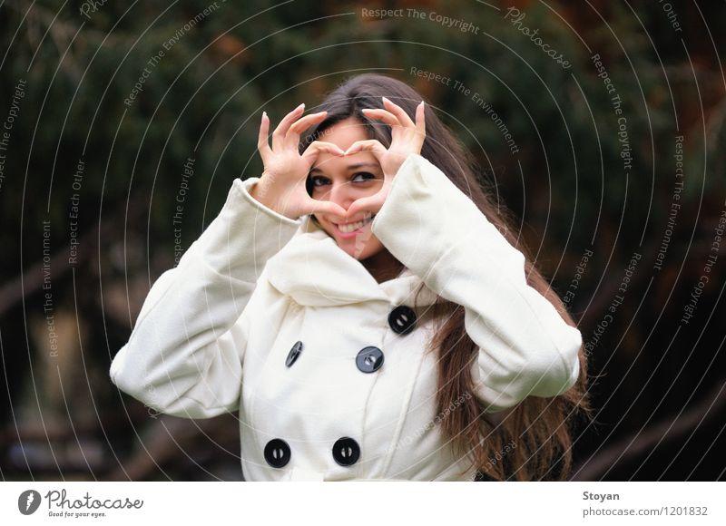 Sonne, Herz, Liebe elegant Junge Frau Jugendliche 1 Mensch 18-30 Jahre Erwachsene Pflanze Baum Park Sofia Bulgarien Bulgaren Europa Europäer Mode Mantel