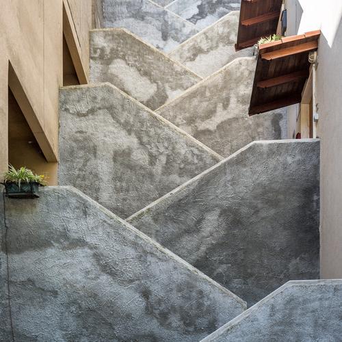 45 Grad Wand Wärme Architektur Mauer grau braun Fassade Treppe Ordnung modern hoch Dach Schutz