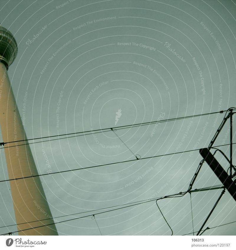 UNSER LIEBLING Berliner Fernsehturm Wahrzeichen Osten groß Macht Beton Funkwellen Antenne Denkmal Schliere hoch Bauwerk Berlin-Mitte Klotz drehen Straßenbahn