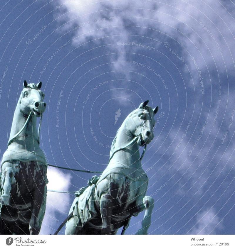 Rechts Brandenburger Tor Pferd Wolken weiß historisch Deutschland Berlin Himmel blau