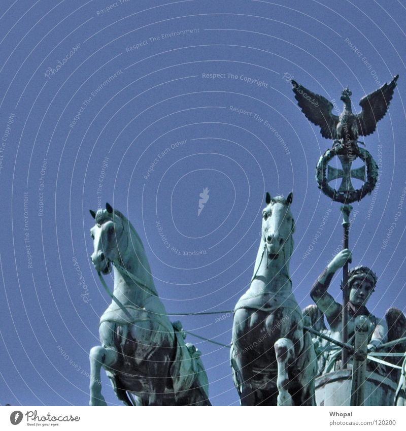 Links Brandenburger Tor Pferd Wolken weiß historisch Deutschland Berlin Himmel blau