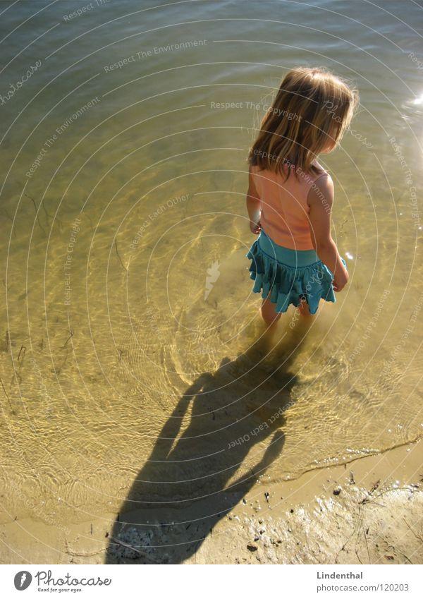 Ich und der See Kind Wasser Mädchen Sonne Strand ruhig Fuß See nass Fluss stehen Kleid türkis Top