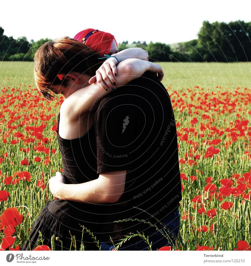 und.so.standen.wir.. Jugendliche rot Sommer Blume ruhig Liebe Kraft Feld Arme Bekleidung T-Shirt Romantik Kleid festhalten Schutz Unendlichkeit