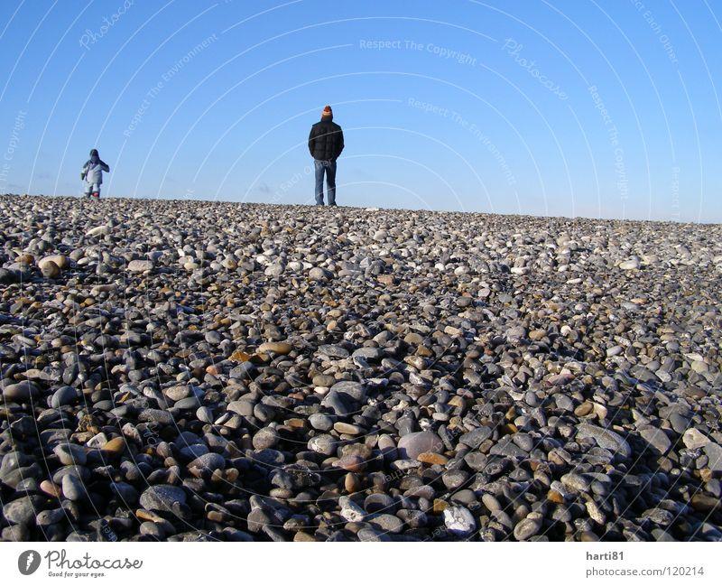 Vater und Sohn blau Winter Strand Ferien & Urlaub & Reisen ruhig Stein Vertrauen Dänemark