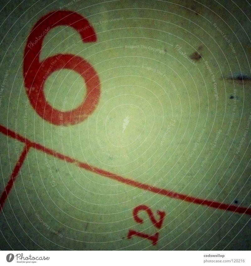 sechs vor zwölf rot Zeit Uhr Ziffern & Zahlen 4 Gewicht 8 6 12 Bogen Mathematik