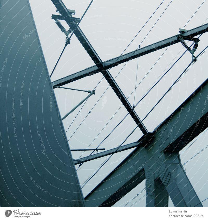 Graue Theorie streben abstützen Stahlträger Draht Leitung Elektrizität Verkehr Konstruktion Bauwerk Dachüberhang Geometrie Eisen schwer grau dunkel trist streng
