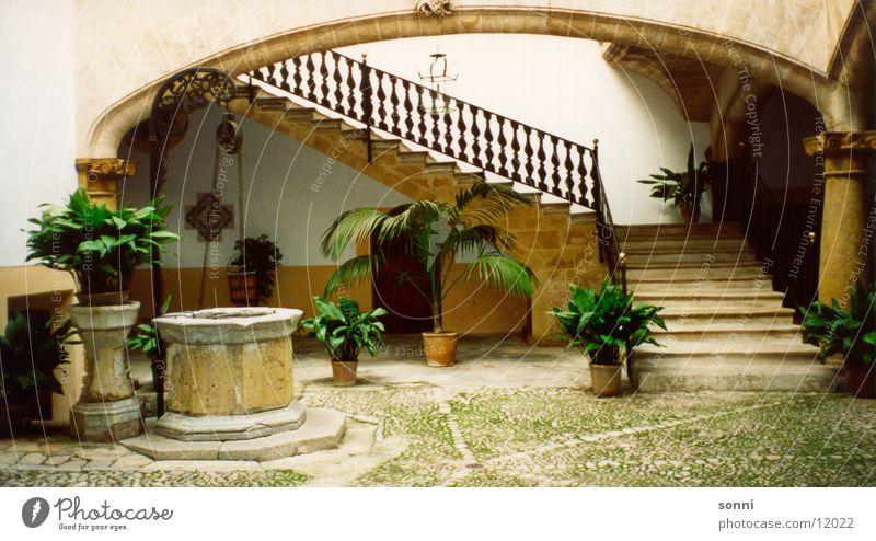Innenhof Architektur Treppe Bauernhof Brunnen Palme