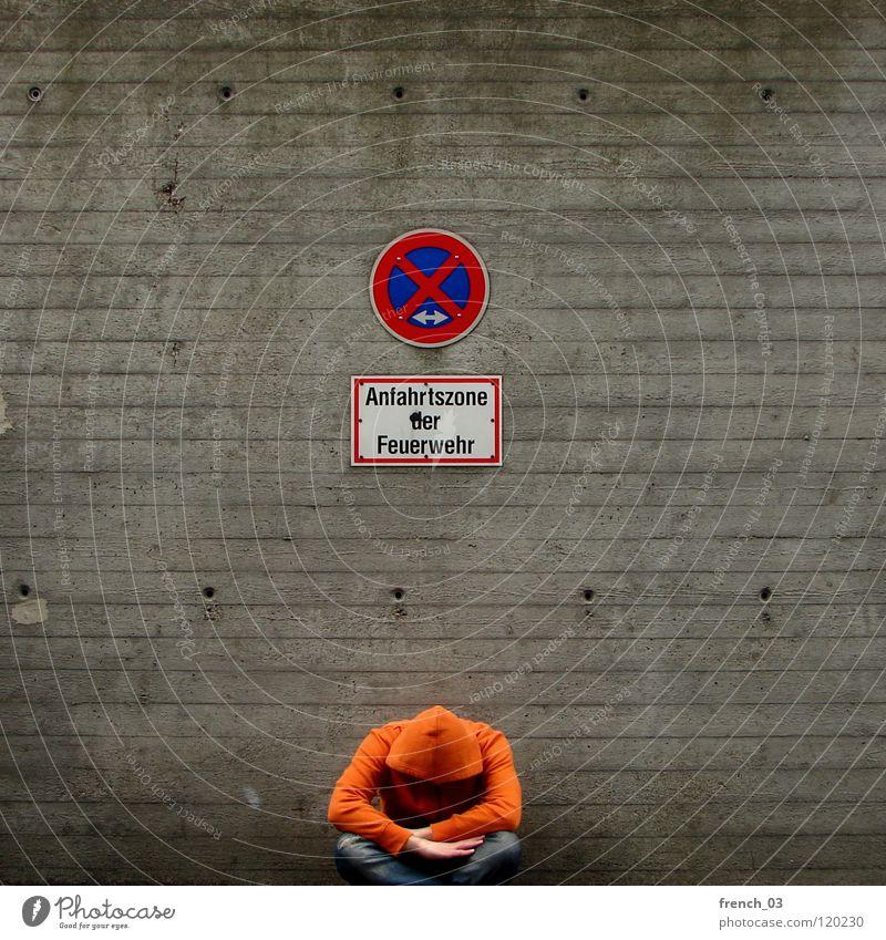 waiting sucks Mensch Mann blau Hand weiß schön rot Wand grau Mauer Beine Linie orange Deutschland Arme sitzen