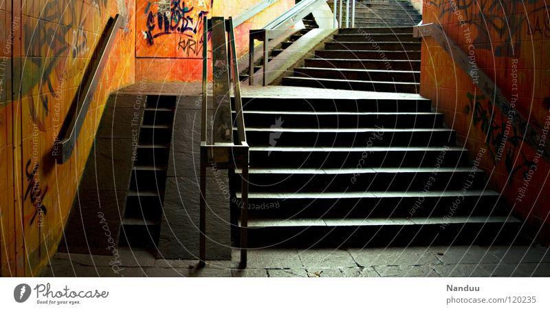 Untenwelt trifft Obenwelt Stadt Einsamkeit Graffiti Kunst orange Treppe Ende streichen unten Geländer Tunnel Eingang Wohnzimmer Ausgang Straßenkunst