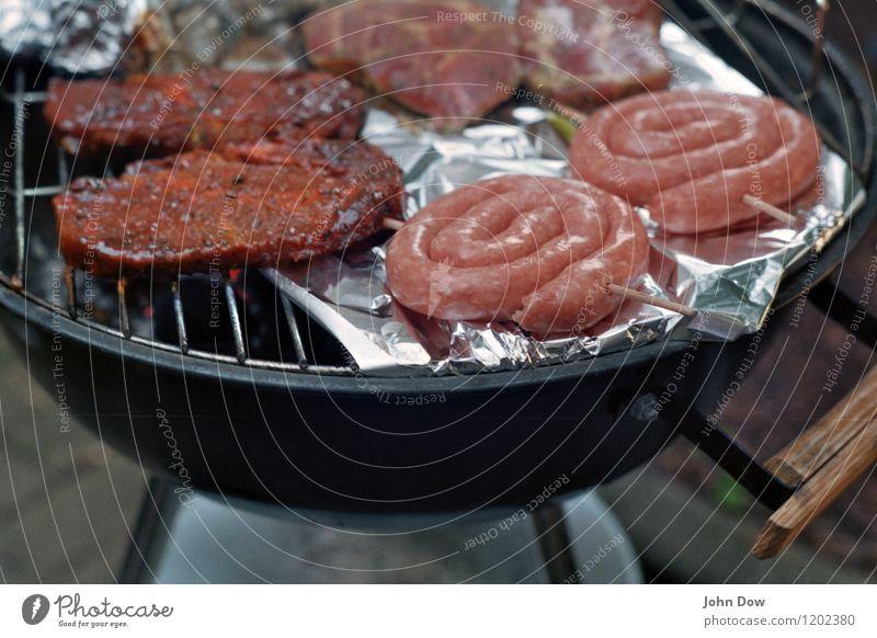 BBQ Lebensmittel Fleisch Ernährung Essen Picknick heiß Glut Kohle Grillen Grillrost Grillplatz Wurstwaren rund sommerlich Metallfolie frisch Fleischgerichte