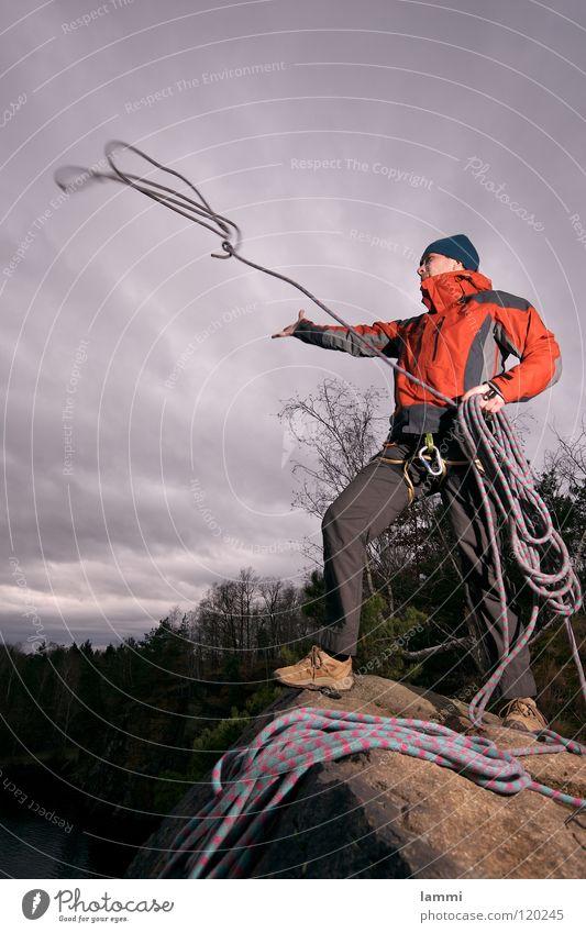 am Berg II Wolken Einsamkeit Sport kalt Spielen Freiheit maskulin Seil Felsen Sicherheit Abenteuer Klettern Sturm Held werfen