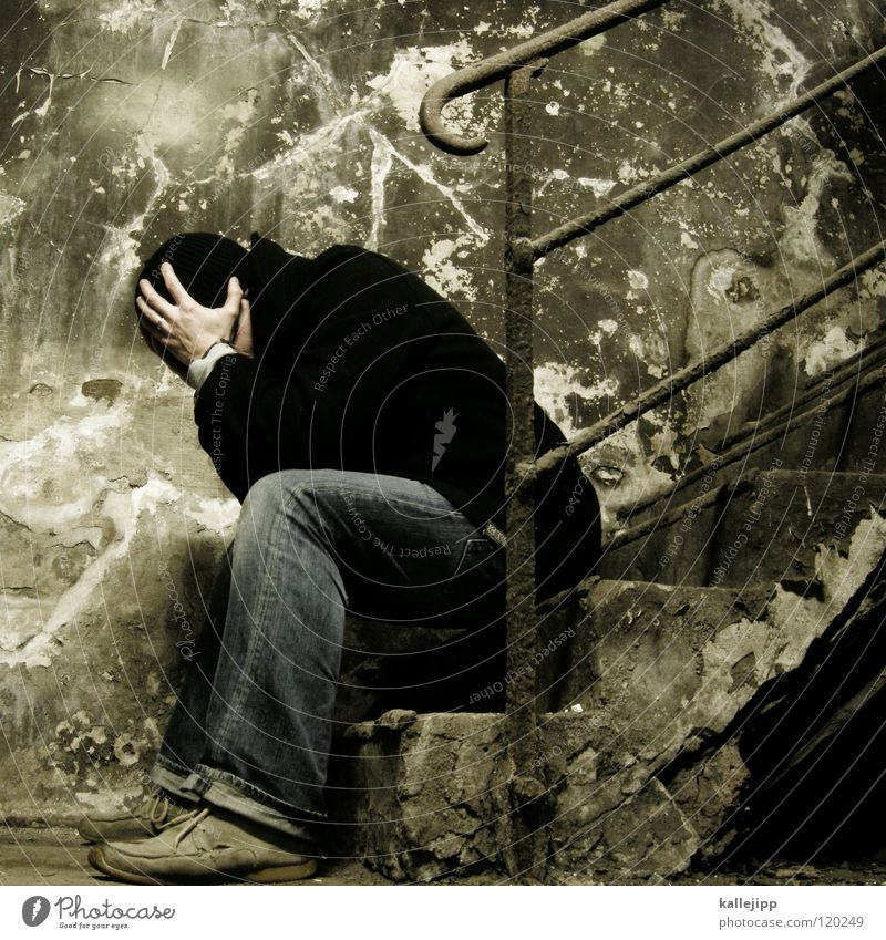 kopfzerbrechen Mensch Mann alt Erholung ruhig Wand Traurigkeit Mauer Tod Denken Kopf träumen glänzend Angst Aktion Ecke