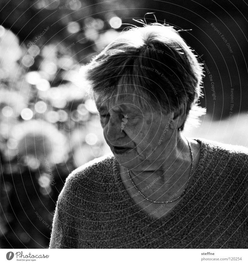 Die Omi aus dem 1. Stock Großmutter Senior Porträt Frau Weisheit Denken Freundlichkeit Geborgenheit Kindheitserinnerung Nostalgie anstrengen geschlossene Augen