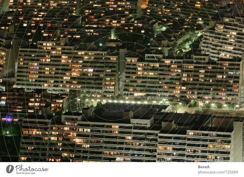 Wohnst du noch? grün Stadt Haus schwarz Einsamkeit Lampe Leben dunkel grau Glas Hochhaus Fassade Baustelle München Häusliches Leben