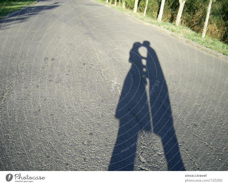 Da liegt ein Kuss auf der Straße! Bulgarien Ferien & Urlaub & Reisen Küssen Asphalt Treue Liebe Schatten Sonne Paar paarweise Momentaufnahme Liebespaar