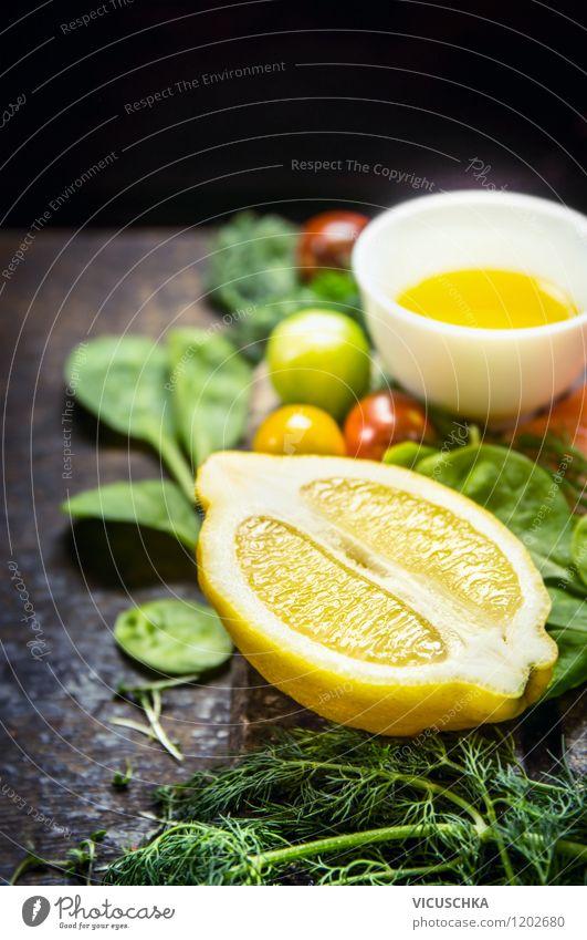 Zitrone und frische Zutaten fürs Kochen Lebensmittel Gemüse Salat Salatbeilage Frucht Kräuter & Gewürze Öl Ernährung Mittagessen Abendessen Büffet Brunch