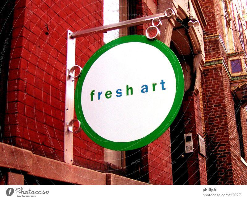 FreshArt NY York Symbole & Metaphern Fassade Backstein Kunst Dinge Schilder & Markierungen sign new fresh modern funky