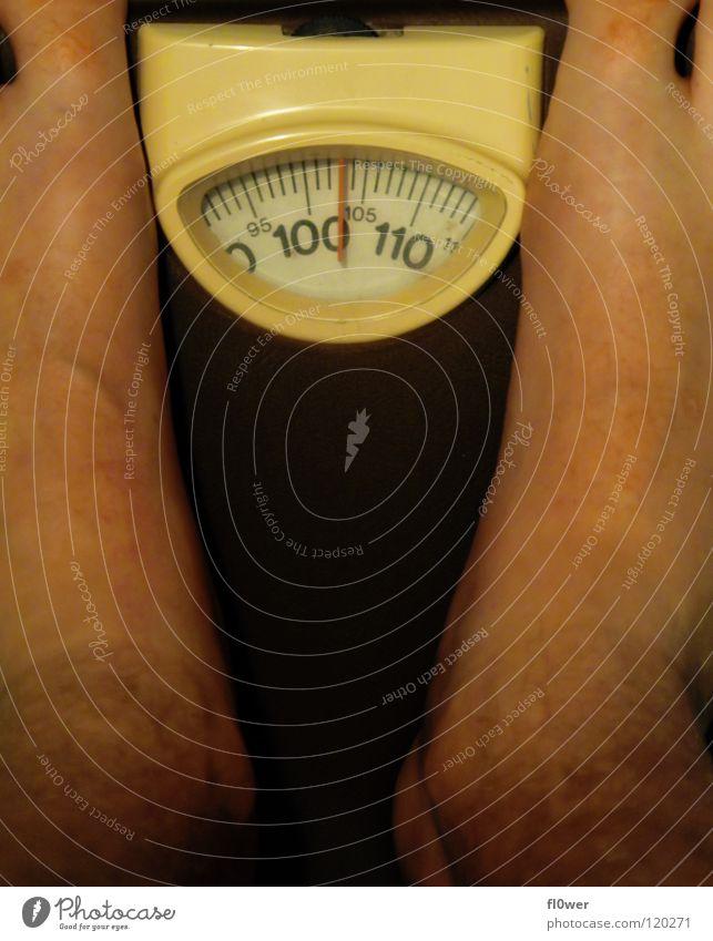 103% Ich Süßwaren Ernährung Diät Haut Übergewicht Waage Mann Erwachsene Fuß Traurigkeit Armut dick dunkel dünn fest rund stark orange rot schwarz weiß
