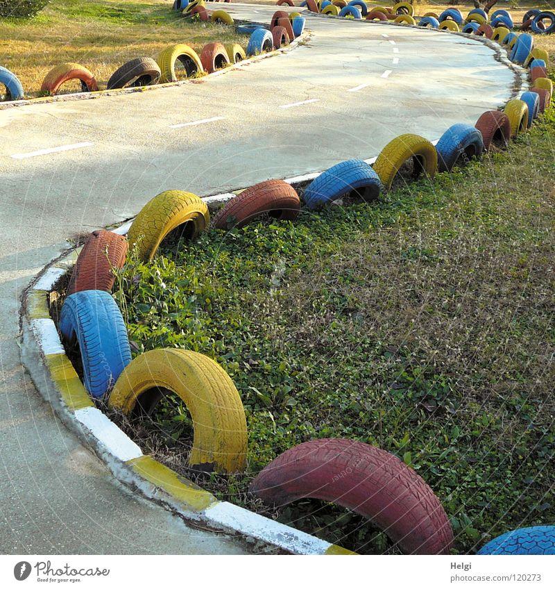 Rennfahrer-Idylle... blau grün Ferien & Urlaub & Reisen rot Freude Einsamkeit Erholung gelb Wiese Spielen grau Gras Beton Geschwindigkeit gefährlich leer