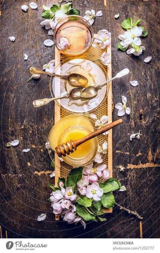 Tee mit frischem Honig und Waben auf rustikalem Holztisch Natur Pflanze Gesunde Ernährung Leben Stil Foodfotografie Lebensmittel Design Glas Tisch Getränk
