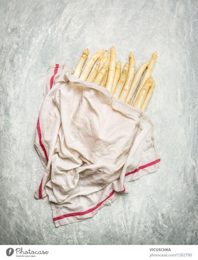 Spargel ins feuchte Tuch einwickeln Lebensmittel Gemüse Ernährung Mittagessen Abendessen Bioprodukte Vegetarische Ernährung Diät Stil Design Gesunde Ernährung
