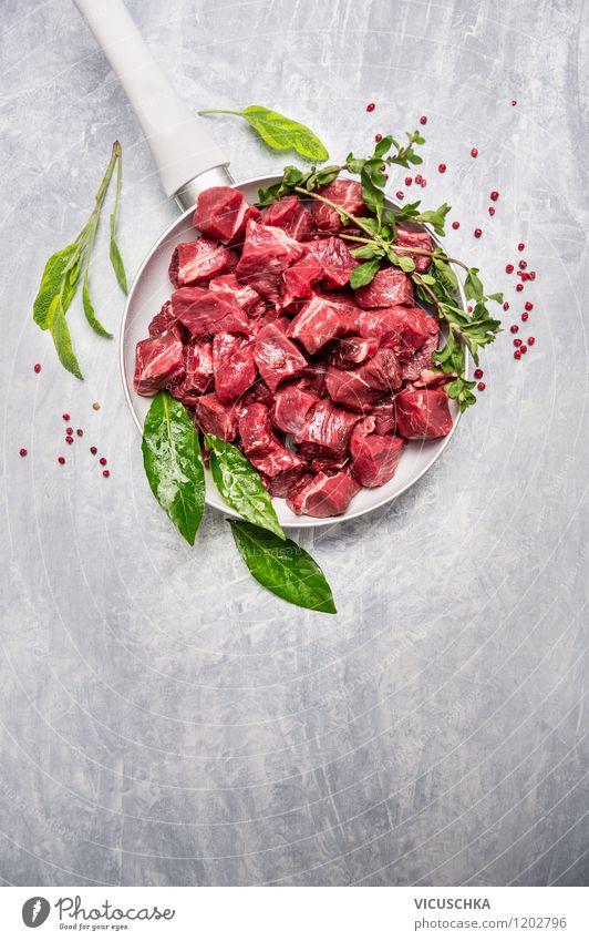 Gulasch in weißer Pfanne mit frische Kräuter Gesunde Ernährung Stil Hintergrundbild Lebensmittel Design Tisch Kochen & Garen & Backen Kräuter & Gewürze Küche